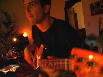 Philipp am Bass beim Einspielen von